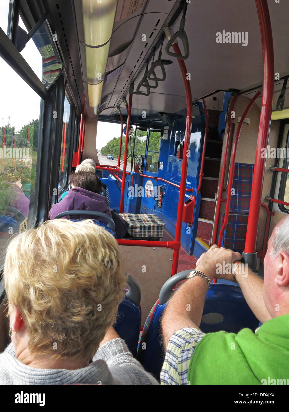 Laden Sie dieses Alamy Stockfoto Passagiere auf einem Edinburgh, Lothian Transportbus. - DDXJXX