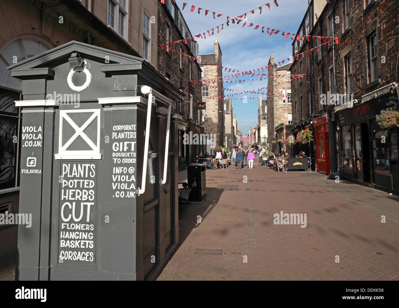 Laden Sie dieses Alamy Stockfoto Rose Street, Edinburgh, Schottland, UK einen Platz zum trinken, Essen, party - mit alten Tardis Polizei Box - DDXK58