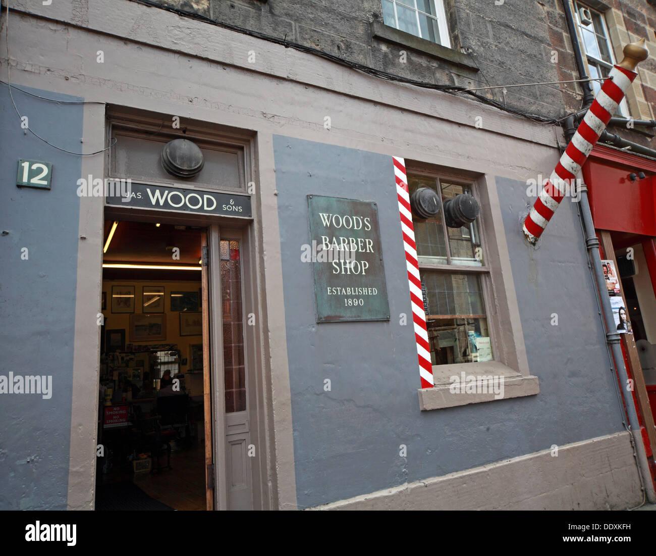 Laden Sie dieses Alamy Stockfoto Traditionelle Holz Friseure, Friseur, 12 Drummond Street, Edinburgh EH8 9TU - DDXKFH