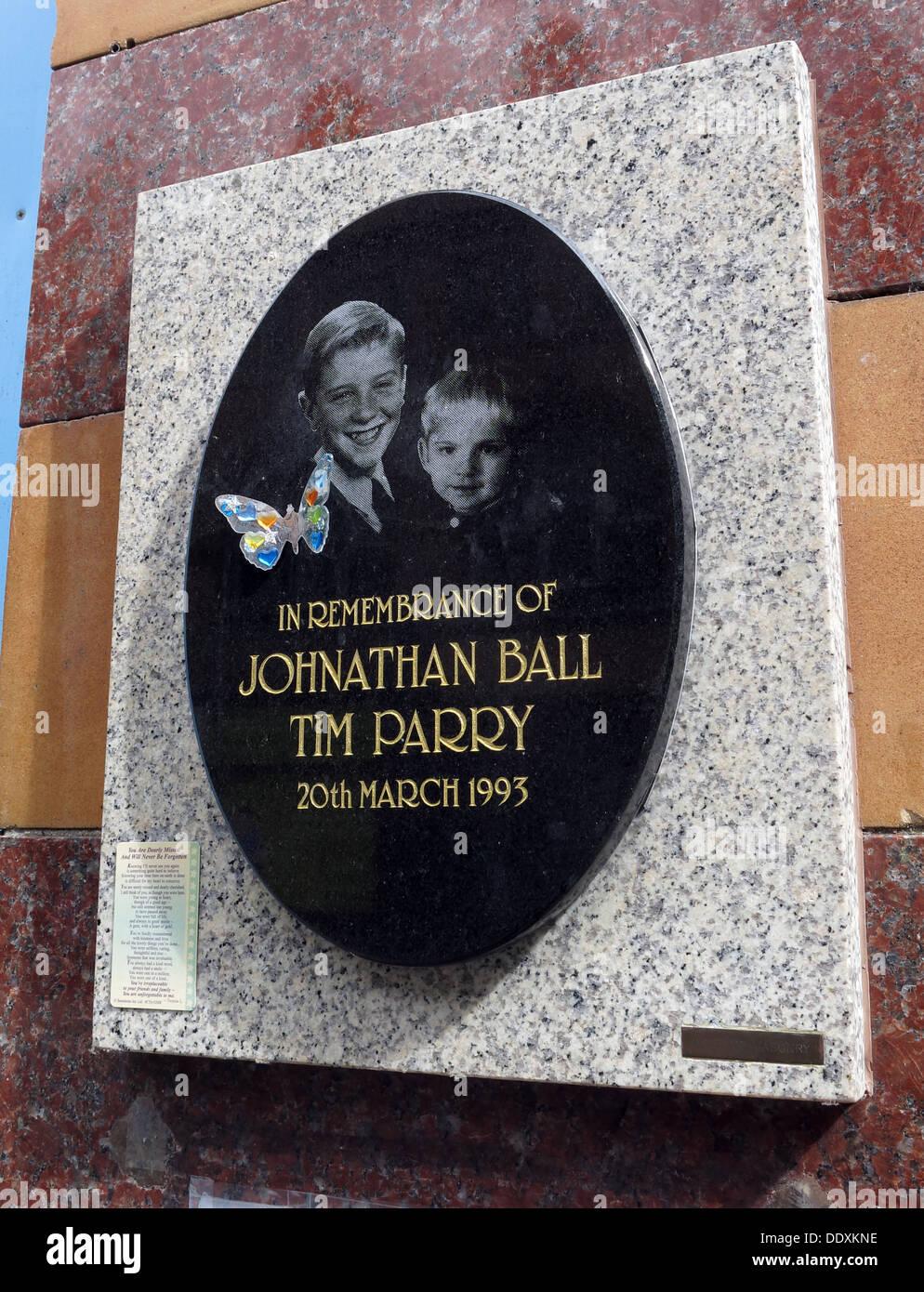 Laden Sie dieses Alamy Stockfoto Denkmal für Jonathon Ball und Tim Parry, Bombe Opfer der IRA in Warrington 20.03.1993, Cheshire, UK (Ersatz Memorial) - DDXKNE