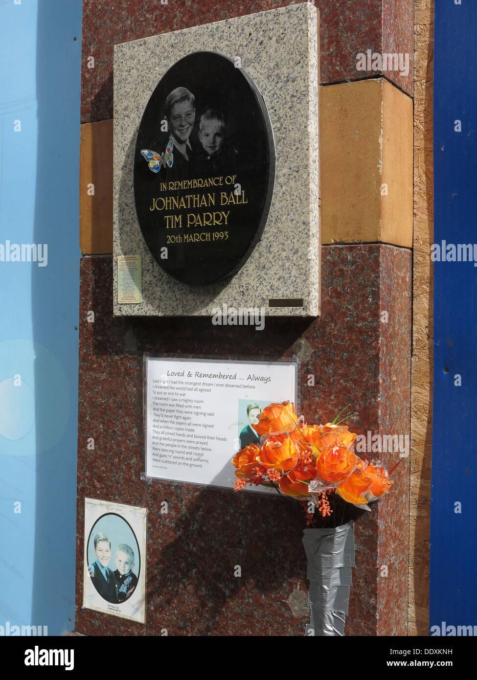 Laden Sie dieses Alamy Stockfoto Denkmal für Jonathon Ball und Tim Parry, Bombe Opfer der IRA in Warrington 20.03.1993, Cheshire, UK (Ersatz Memorial) - DDXKNH
