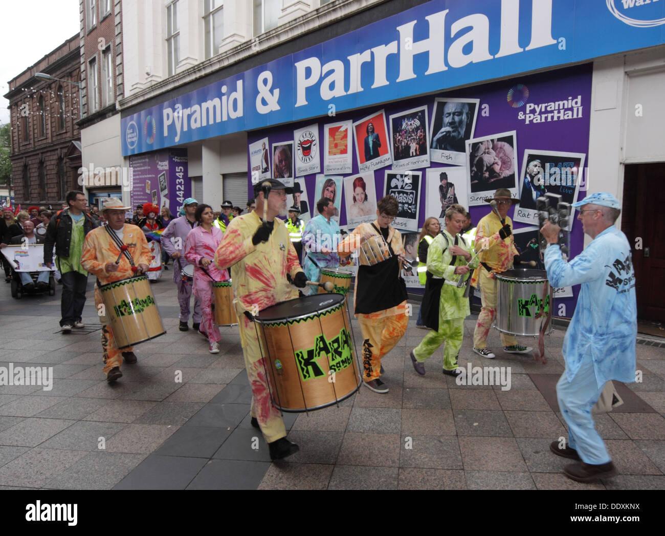 Laden Sie dieses Alamy Stockfoto Karamba Samba führt Warrington stolz September 2013 in Sankey St, Cheshire England UK WA1 - DDXKNX