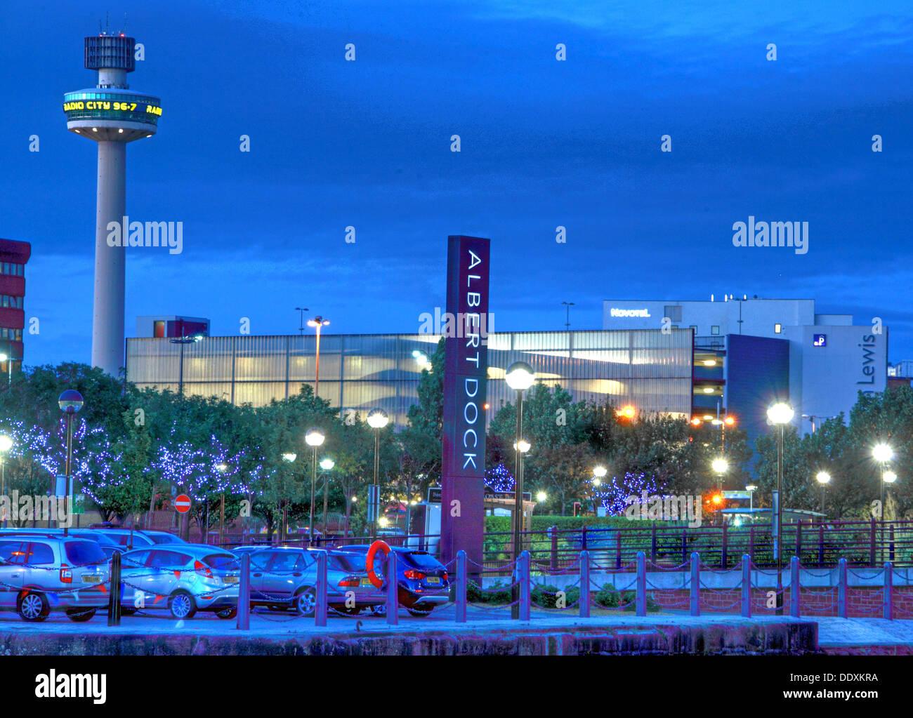 Laden Sie dieses Alamy Stockfoto Melden Sie Albert Dock, Liverpool in der Nacht, Merseyside, England, UK, die blaue Stunde - DDXKRA