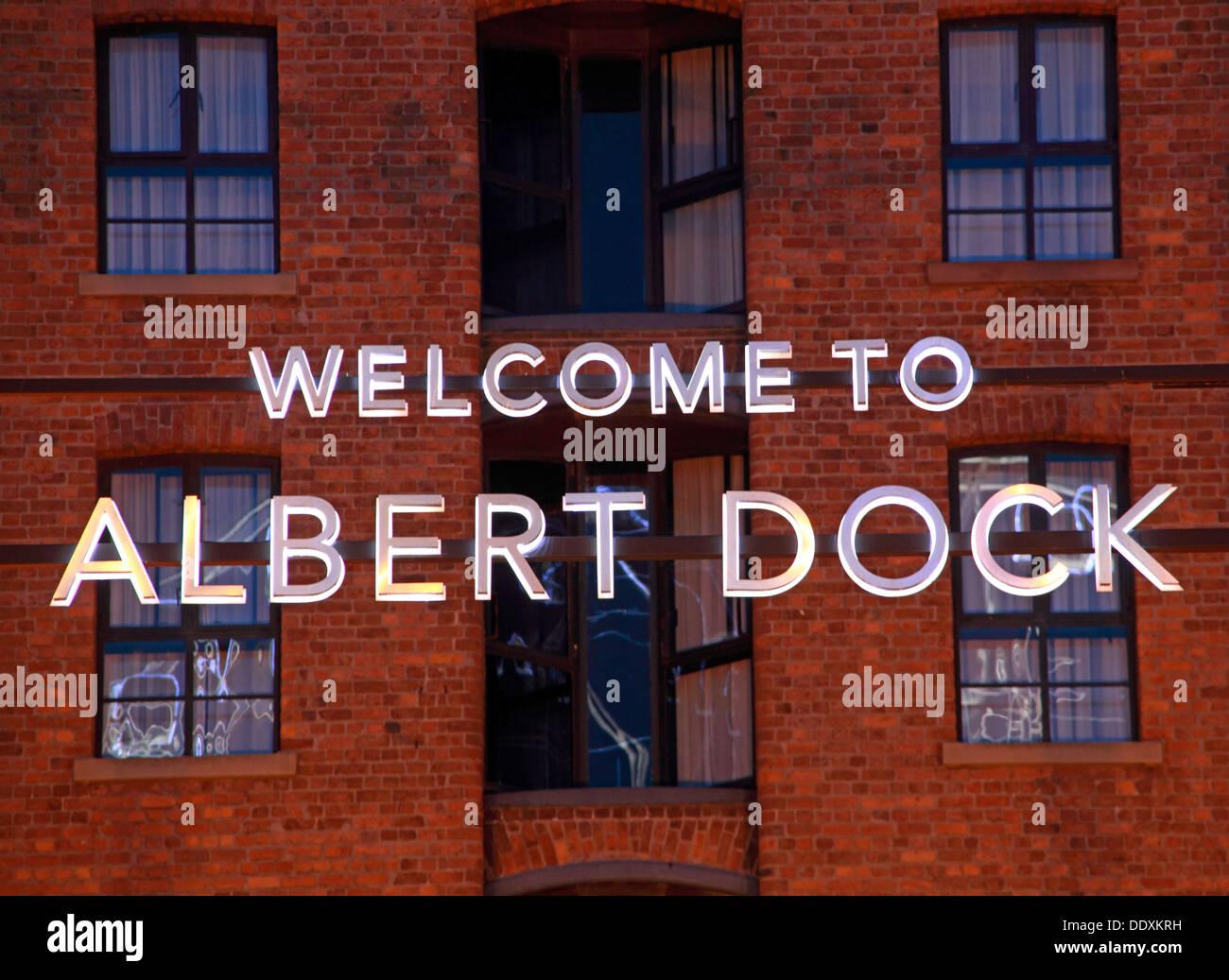 Laden Sie dieses Alamy Stockfoto Willkommen im Albert Dock Zeichen InLiverpool in der Dämmerung / Nacht, Merseyside, England, UK blaue Stunde - DDXKRH