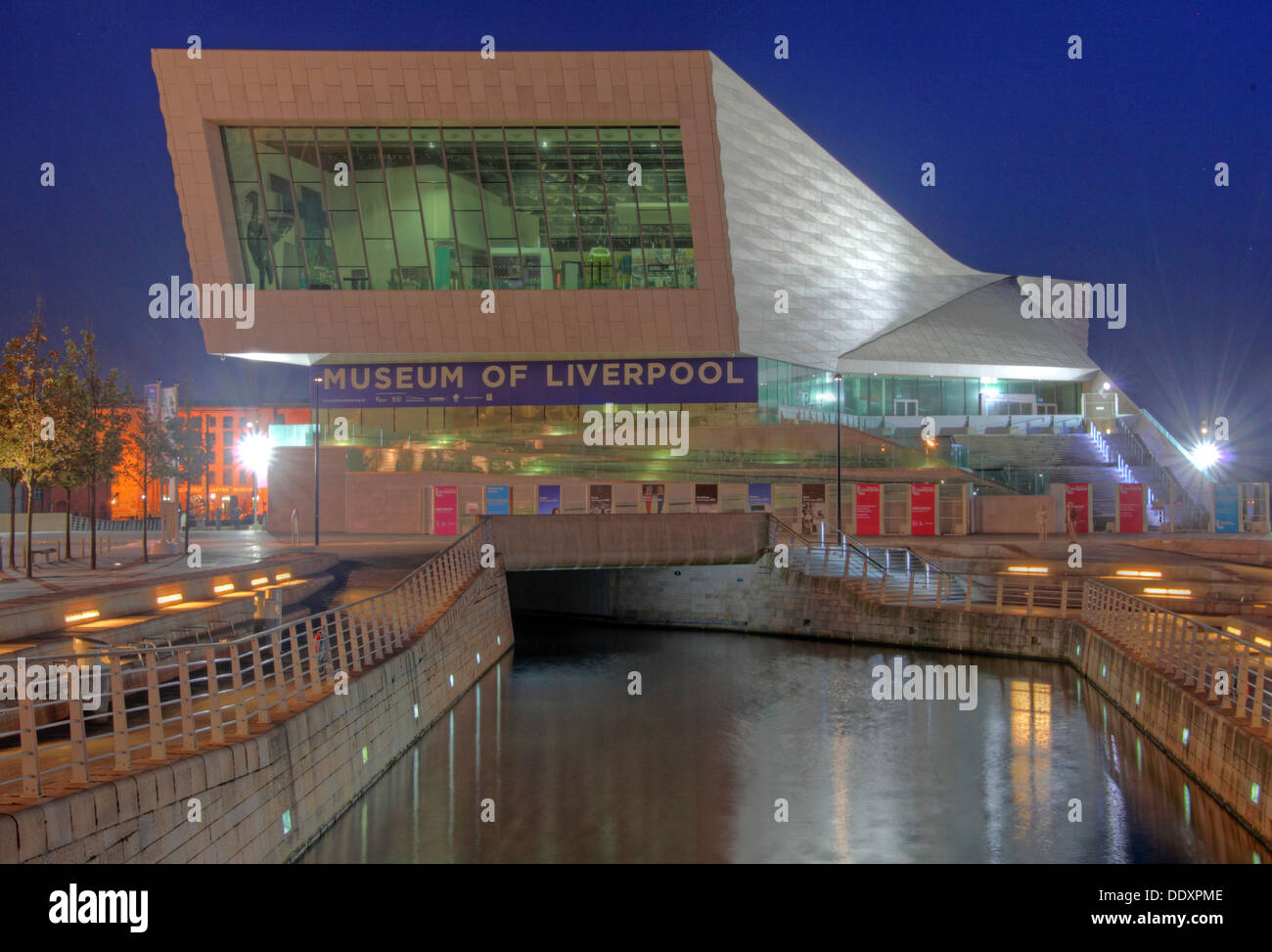 Laden Sie dieses Alamy Stockfoto Museum of Liverpool bei Dämmerung, Merseyside, England, UK - DDXPME