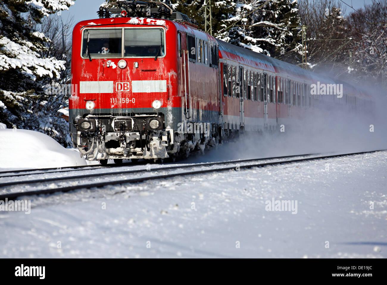Regionalzug mit Geschwindigkeit durch Schnee, Prien oberen Bayern Deutschland Europa Stockbild