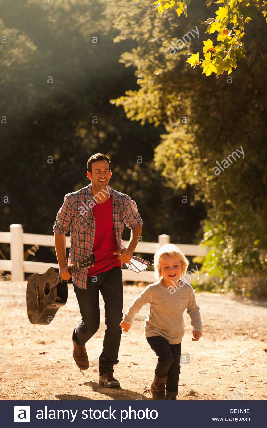 Vater und Sohn gehen auf Feldweg Stockbild