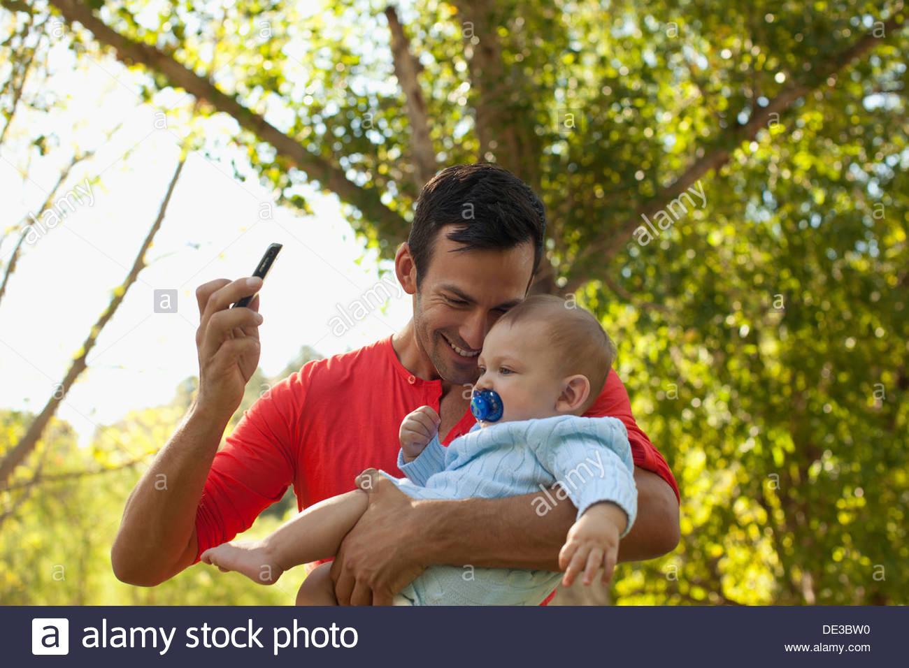 Vater unter Bild von sich und baby Stockbild