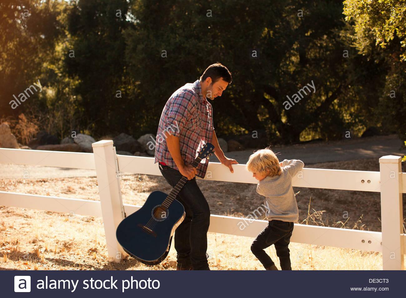 Vater und Sohn spielen in Feldweg Stockbild
