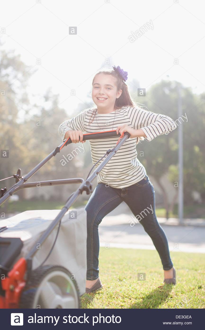 Mädchen, Rasen mähen Stockbild