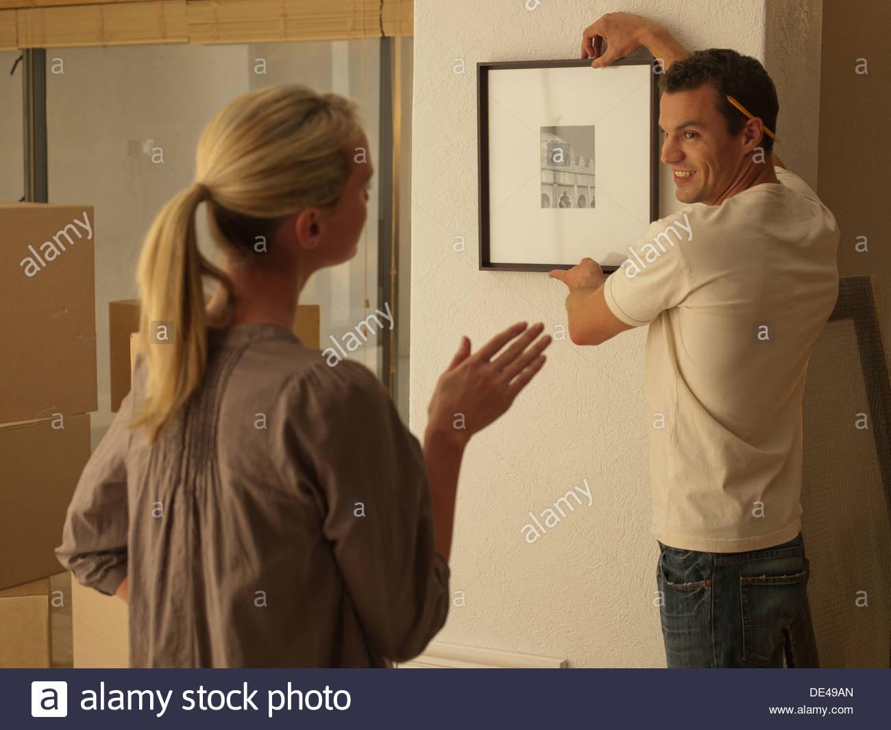 Paar hängenden Bild im neuen Haus Stockbild