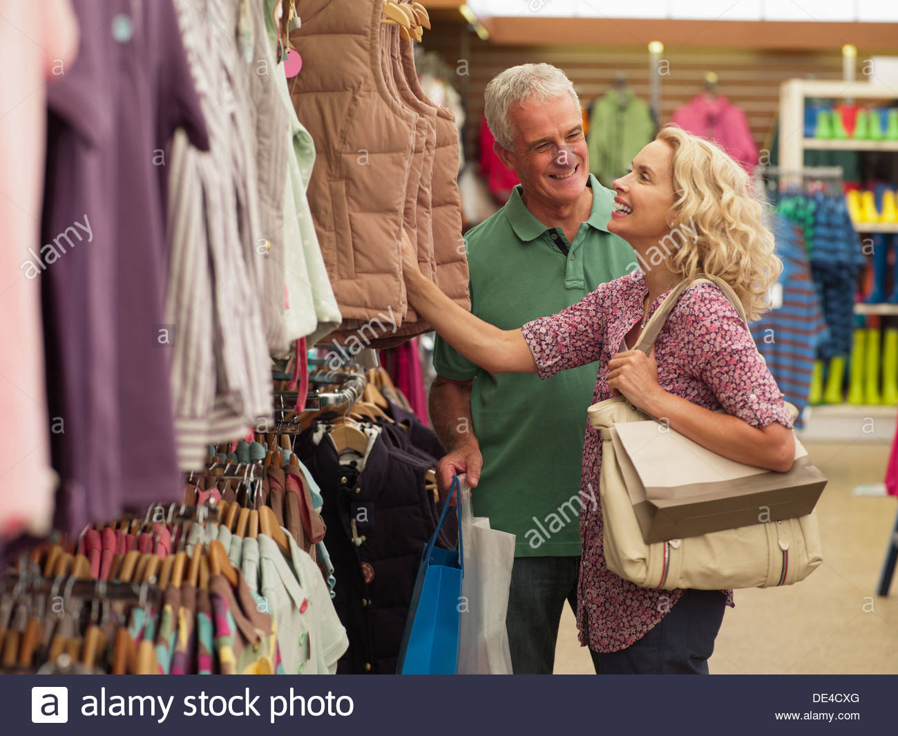 Paar für Kleidung im Store einkaufen Stockbild