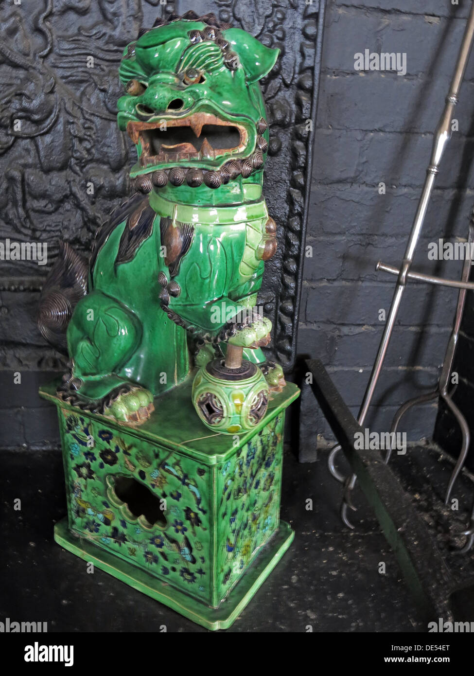 Laden Sie dieses Alamy Stockfoto Grüner chinesischer Drache, Montecute House, South Somerset, England, UK TA15 6XD - DE54ET