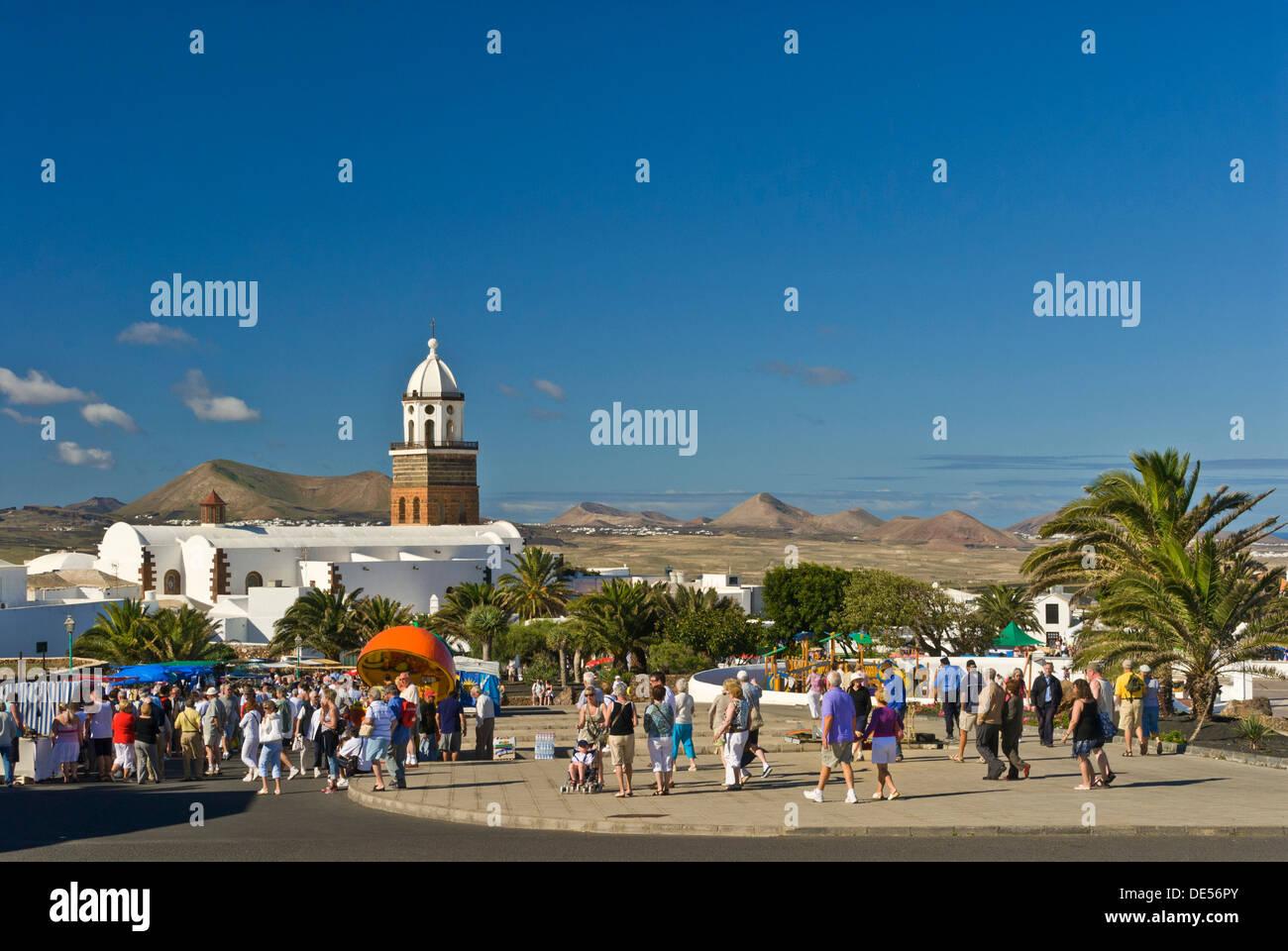Touristen beliebte Sonntag Markt Besuchstag in der Altstadt von Teguise Lanzarote-Kanarische Inseln-Spanien Stockbild