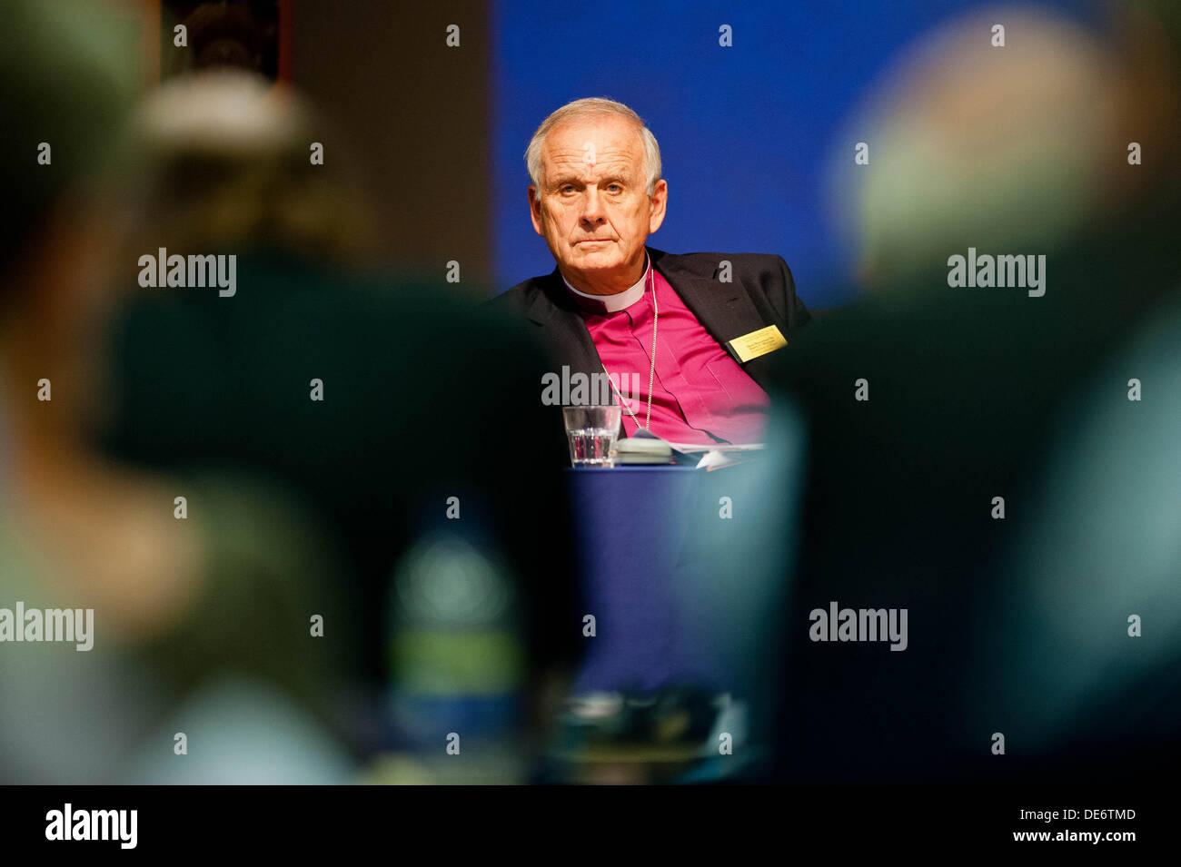 Lampeter, UK. 12. September 2013.   Im Bild: Pfr. Barry Morgan, Erzbischof von Wales bei der Abstimmung.  Re: Frauen Stockbild