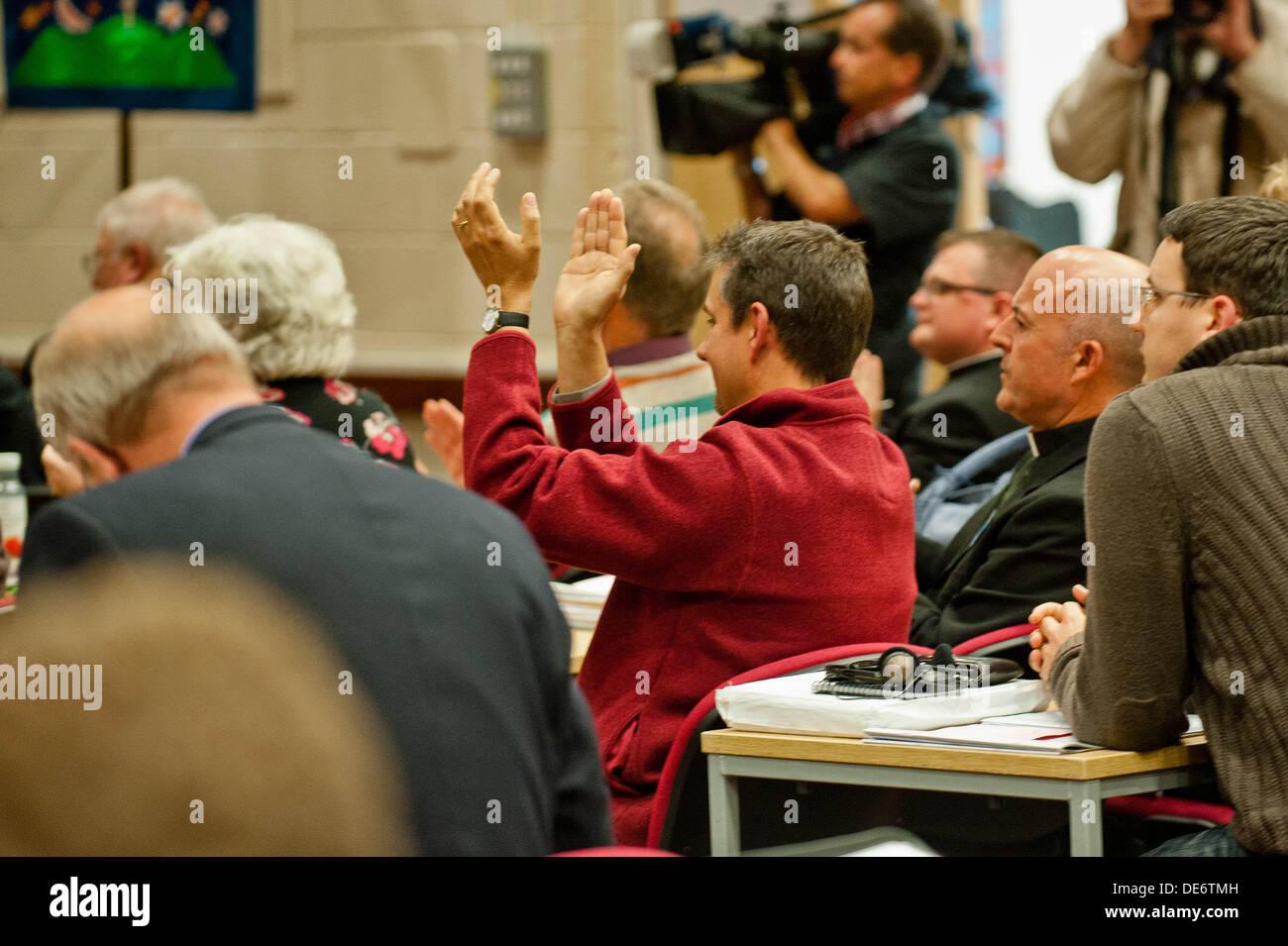Lampeter, UK. 12. September 2013.   Im Bild: Mitglieder des Leitungsgremiums der Kirche o Abstimmung Clap und jubeln Stockbild
