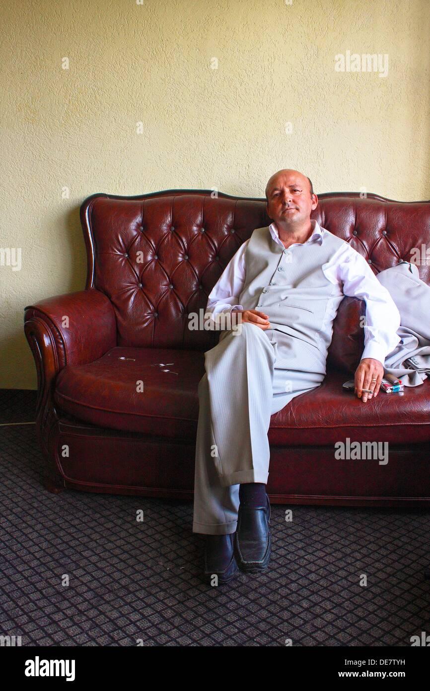 Porträt eines kosovarischen sitzen auf einem Sofa in Prishtina Stockbild