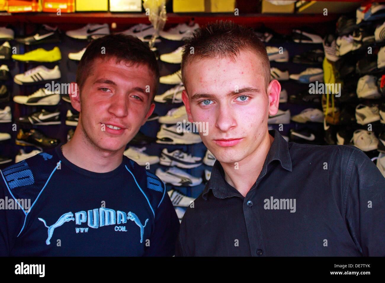 Porträt von zwei kosovarischen Jungs von einem Markt in Prishtina Stockbild