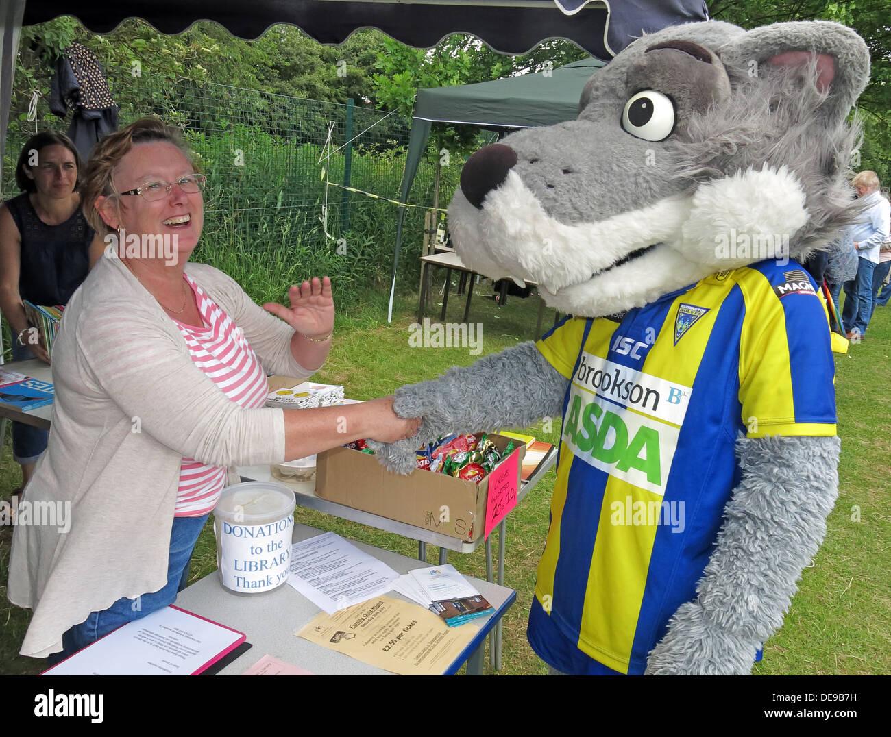 Laden Sie dieses Alamy Stockfoto Warrington Wölfe Maskottchen Wolfie in Grappenhall Wandertag, Gemeindebibliothek stall, Warrington, Cheshire, England, UK - DE9B7H