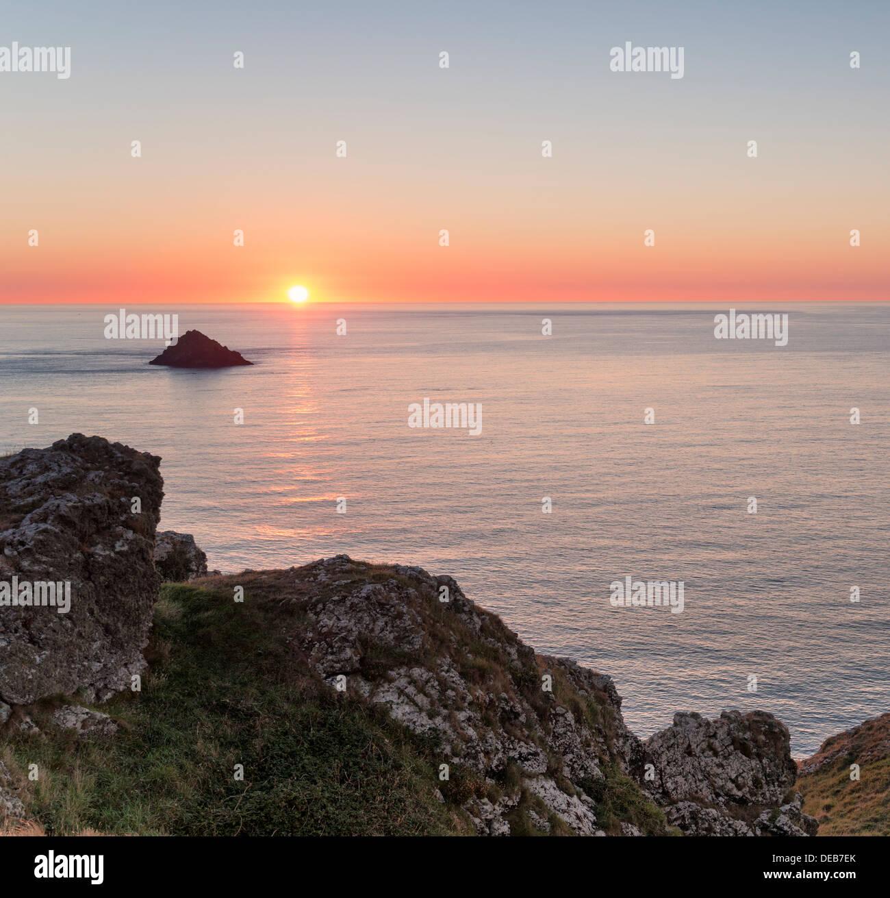 Sonnenuntergang über der Bürzel auf Pentire Landzunge an Cornwalls Küste Stockbild