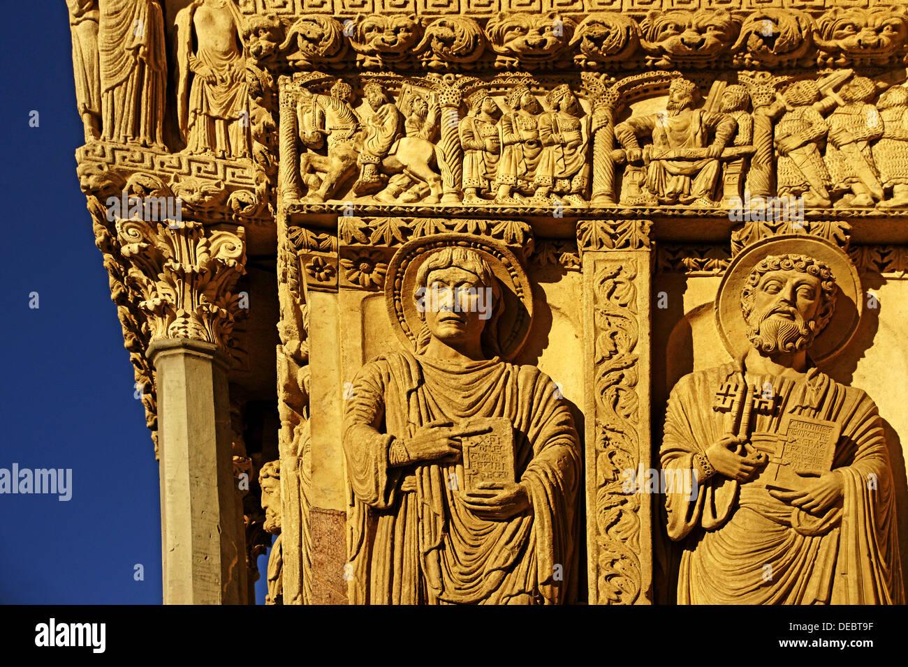 Detail von der linken Seite des Westportal, Kirche von St. Trophime (12. Jahrhundert), Arles, Way of St. James, Stockbild