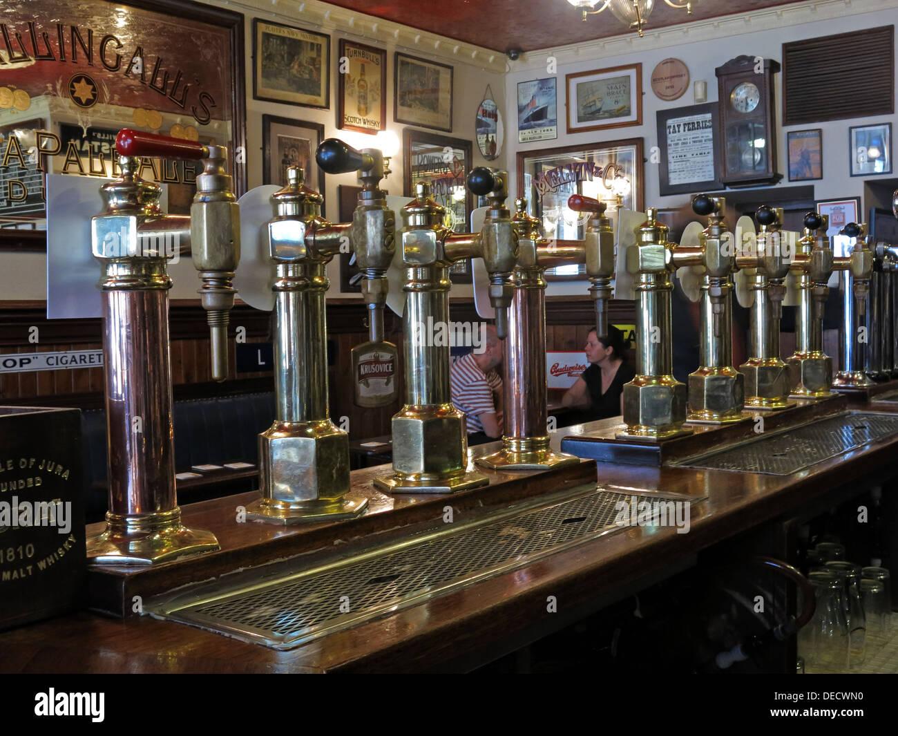 Laden Sie dieses Alamy Stockfoto Traditionelle Ale Pumpen an der Bogen-Bar, Victoria Street, Edinburgh, Scotland, UK - DECWN0