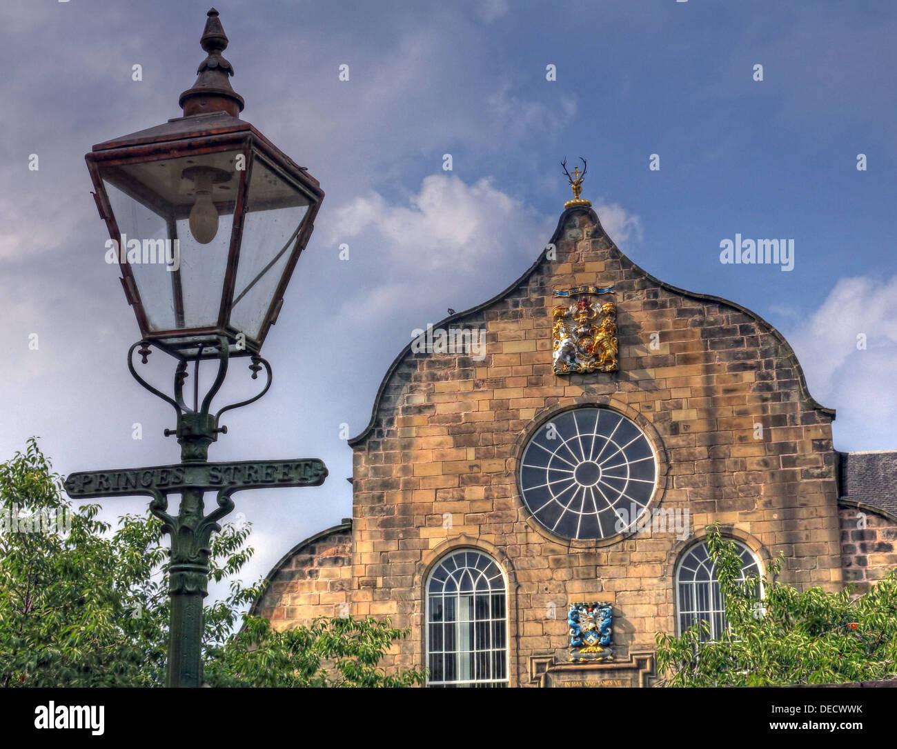 Laden Sie dieses Alamy Stockfoto Canongate Kirk Kirche Edinburgh Royal Mile, Schottland, UK außen & alten Princes Street Gaslampe - DECWWK