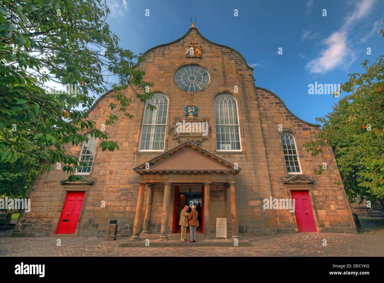 Laden Sie dieses Alamy Stockfoto Canongate Kirk Kirche Edinburgh Royal Mile, Schottland, UK außen im Sommer 2013 - DECYKG