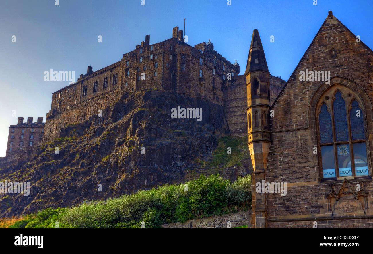 Laden Sie dieses Alamy Stockfoto Blick auf Edinburgh Castle von niedrig in der Grassmarket, bei Sonnenuntergang - DED03P