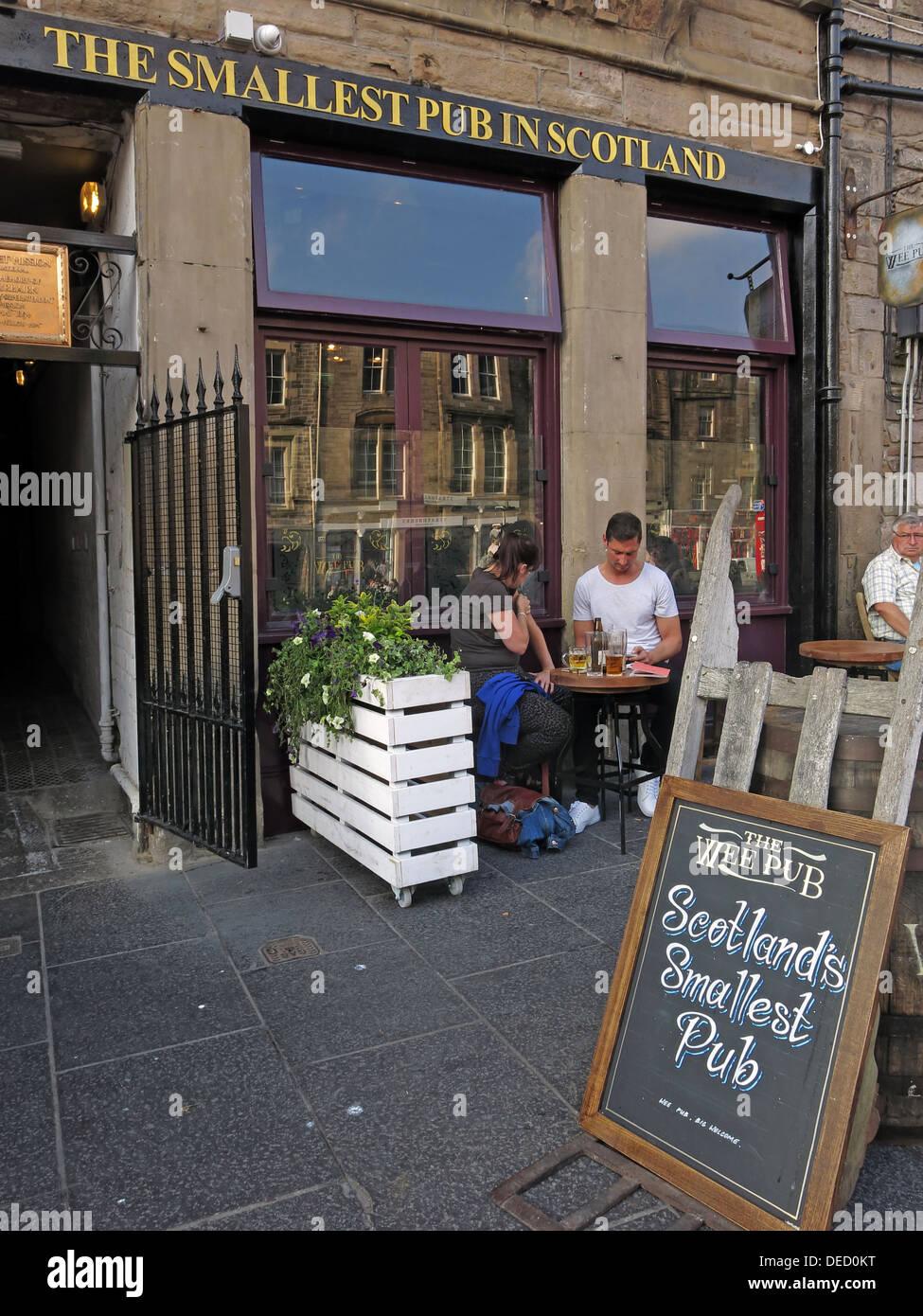 Laden Sie dieses Alamy Stockfoto Die kleinste Kneipe im Grassmarket, Edinburgh, Schottland, Schottland - DED0KT