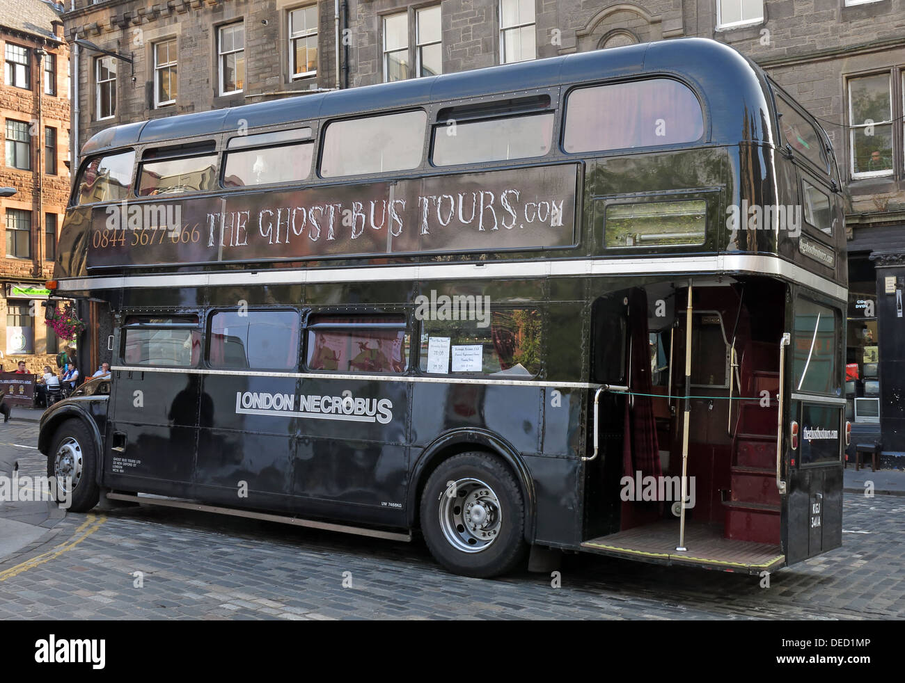 Laden Sie dieses Alamy Stockfoto Die schwarzen London Necrobus in Edinburgh, Scotland, UK - DED1MP