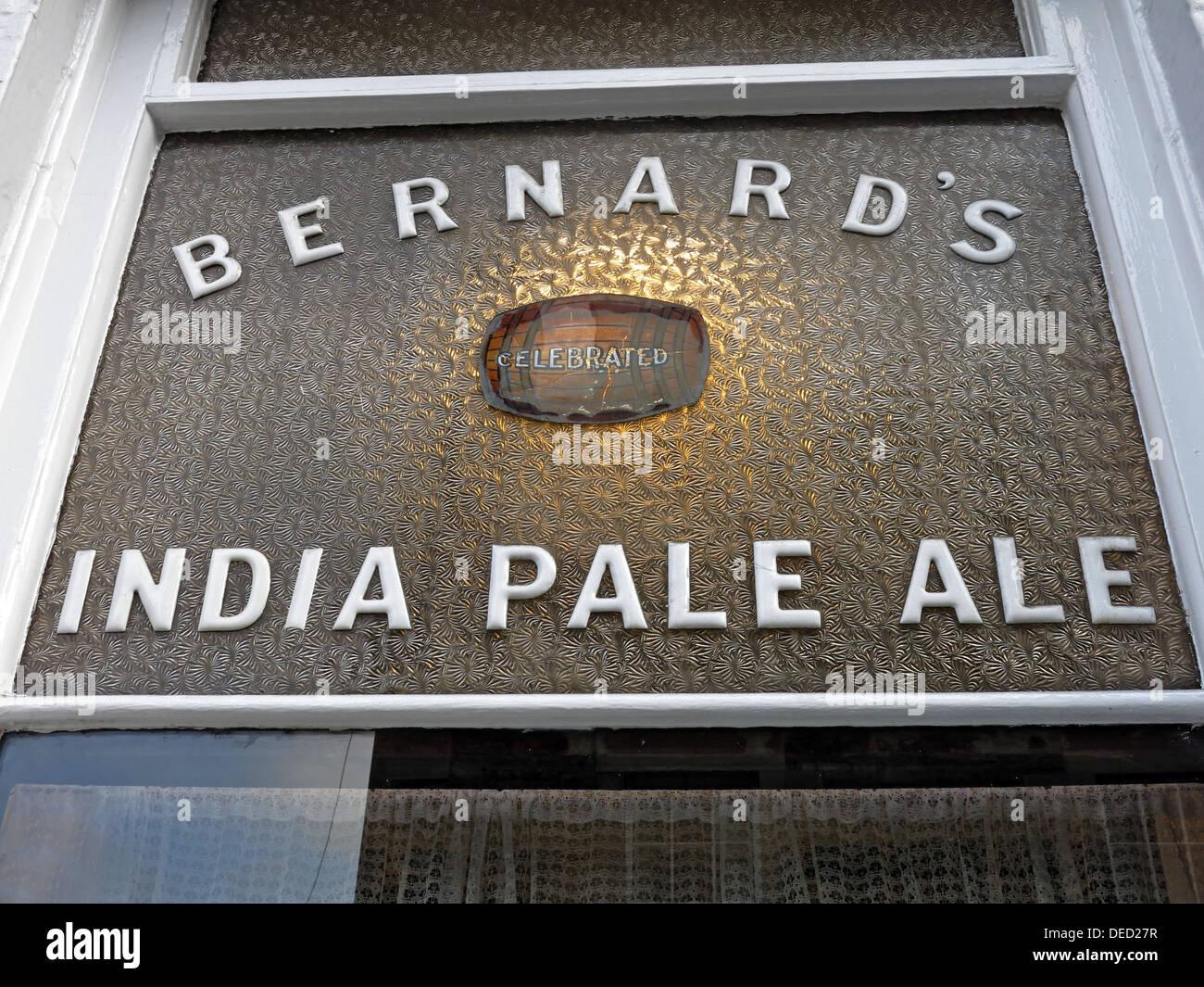 Laden Sie dieses Alamy Stockfoto Bernards India Pale Ale Zeichen an der Oxford-Bar ist ein Wirtshaus befindet sich auf der jungen Straße, in der Neustadt von Edinburgh - DED27R