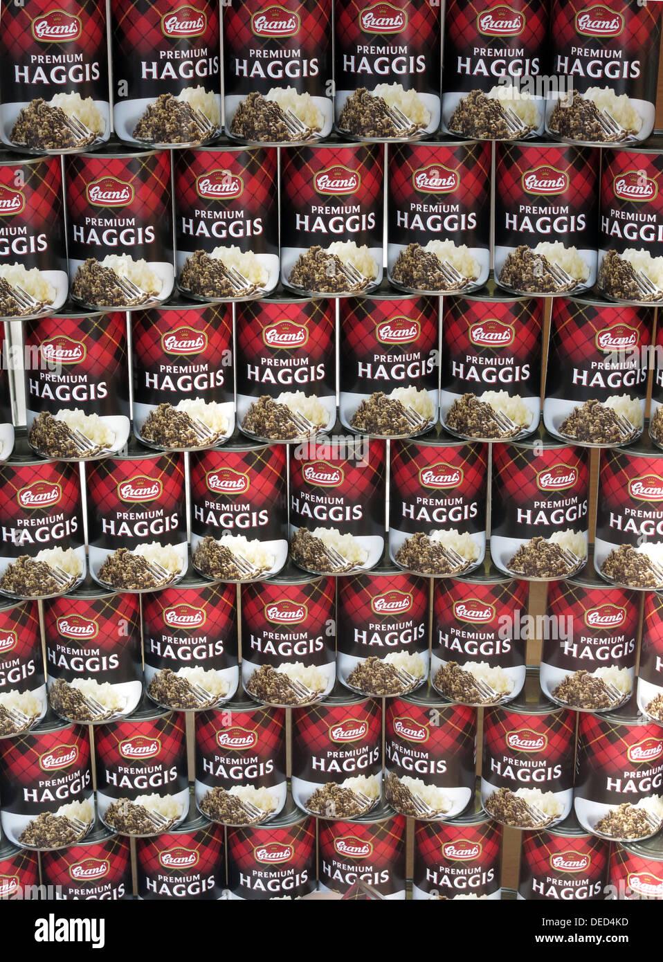 Laden Sie dieses Alamy Stockfoto Dosen des schottischen Essen Zuschüsse Premium Haggis, gestapelt - DED4KD
