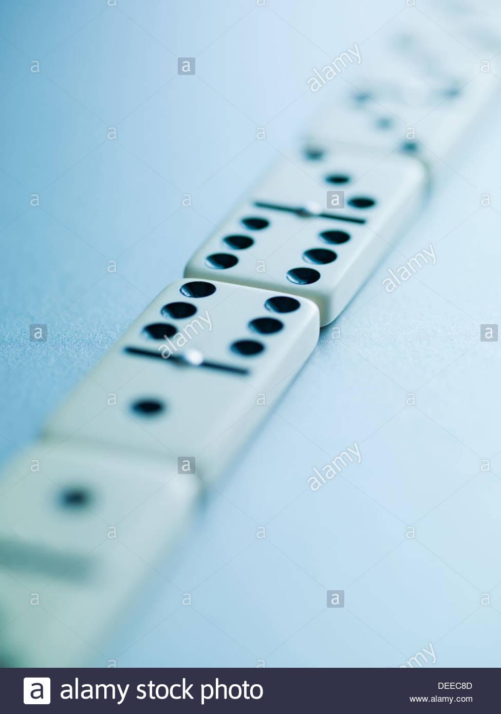Verlegung in eine Reihe Dominosteine Stockbild