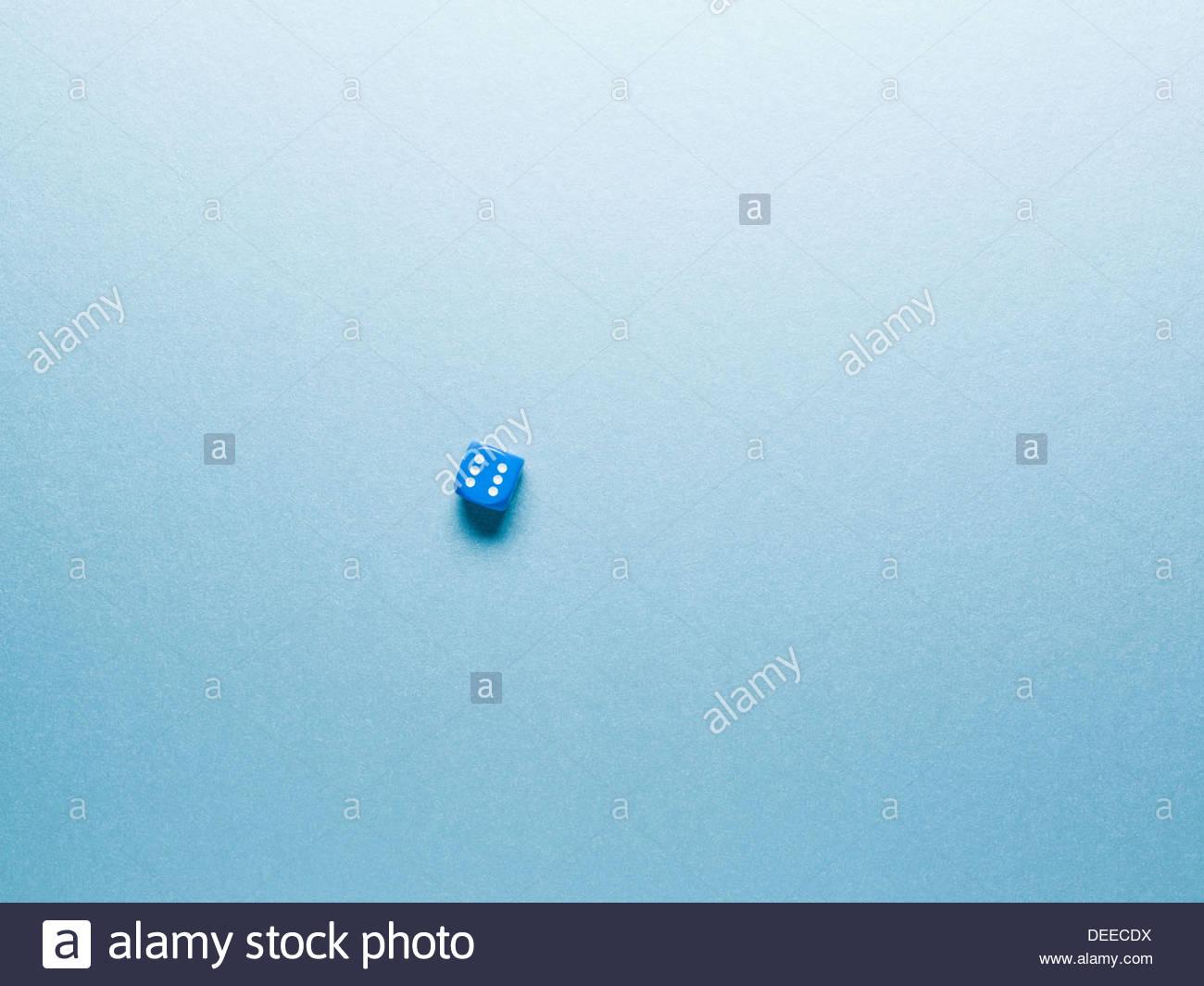 blaue Würfel auf Oberfläche Stockbild