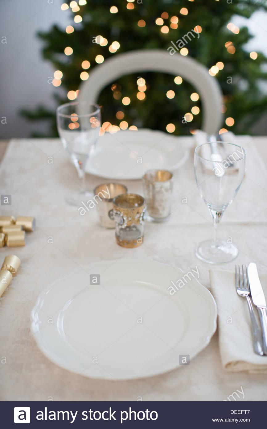 Esstisch, Weihnachtsbaum im Hintergrund Stockbild