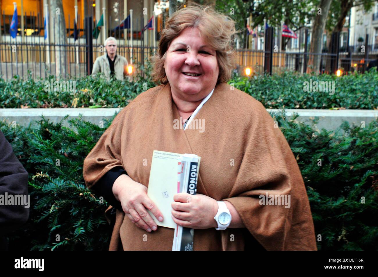 Aleida Guevara, die Tochter von Che außerhalb der US-Botschaft in London. Stockbild