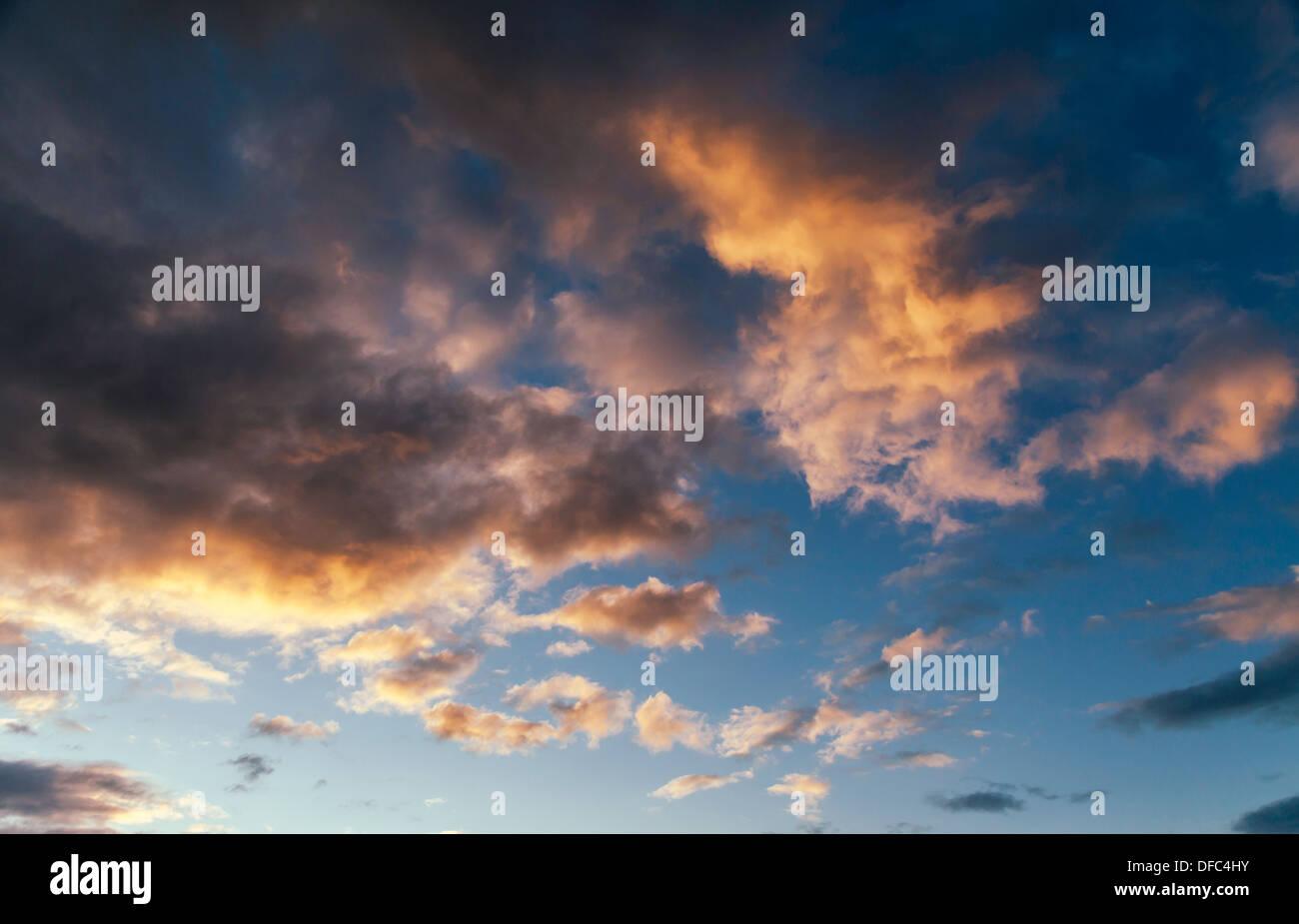DRAMATISCHE WOLKEN BEI SUN SET UK Stockbild