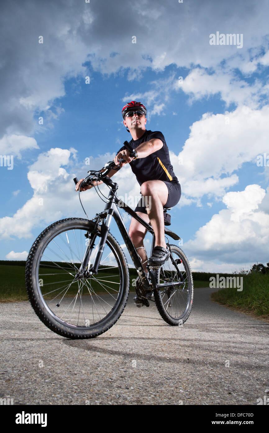Deutschland, Bayern, reifer Mann Reiten Mountainbike Stockbild