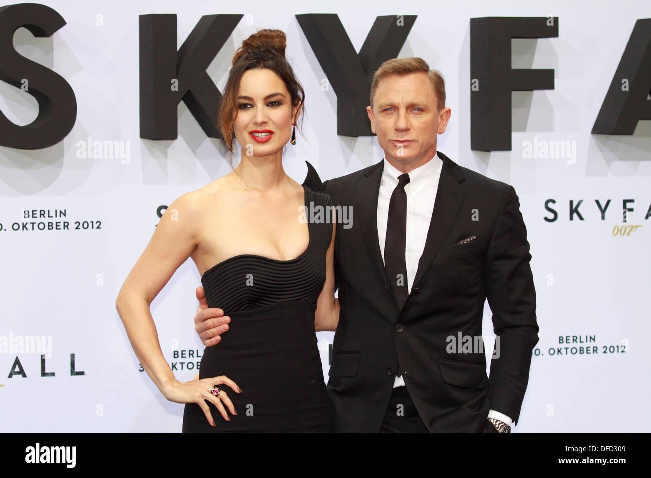 """Schauspieler Daniel Craig und Schauspielerin Berenice Marlohe Bei """"Skyfall"""" Film-Premiere in Berlin am Stockbild"""