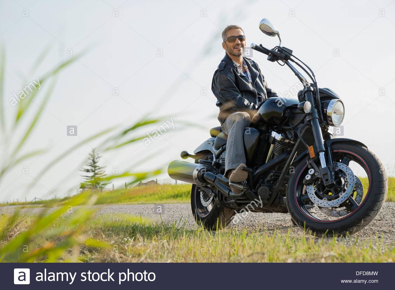 Porträt von Biker sitzen auf dem Motorrad im Land Stockbild