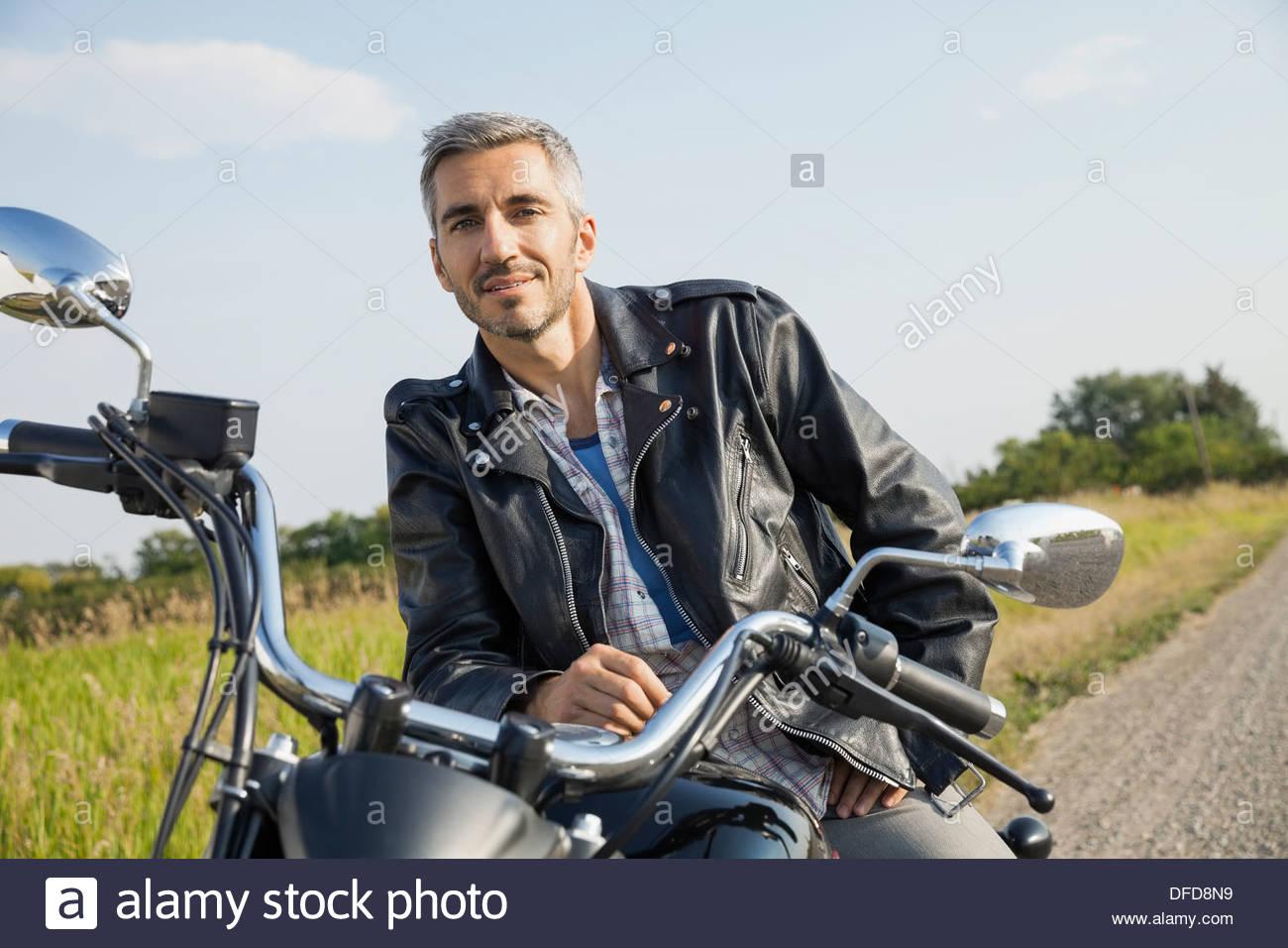 Porträt von zuversichtlich Biker auf dem Motorrad sitzen Stockbild