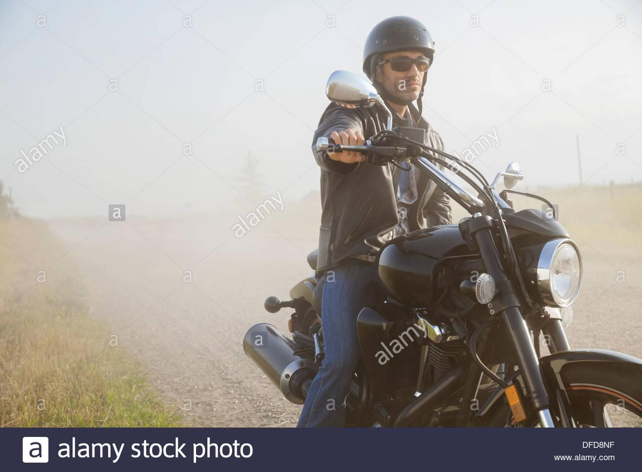 Männliche Biker eine Pause auf Landstraße Stockbild