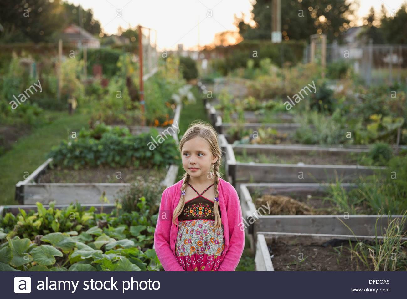 Mädchen stehen im Gemeinschaftsgarten Stockbild