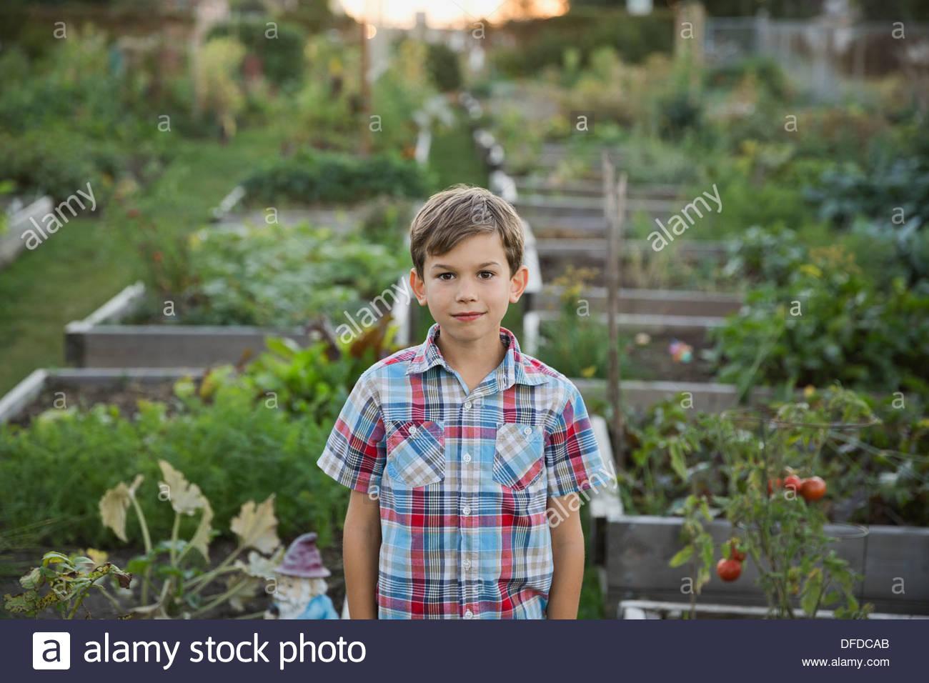 Junge stand im Gemeinschaftsgarten Stockbild