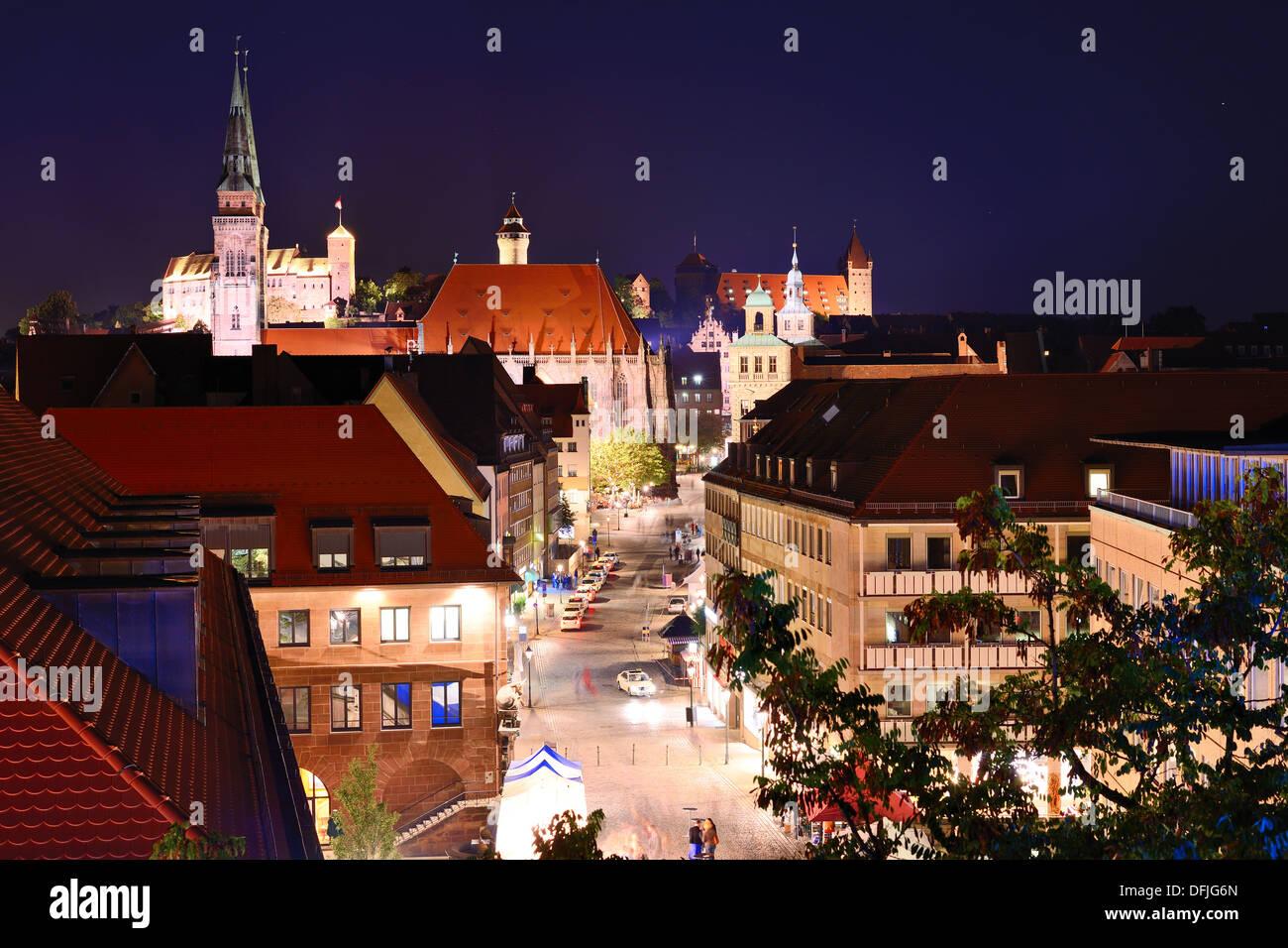 Skyline von Nürnberg in der Nacht. Stockbild