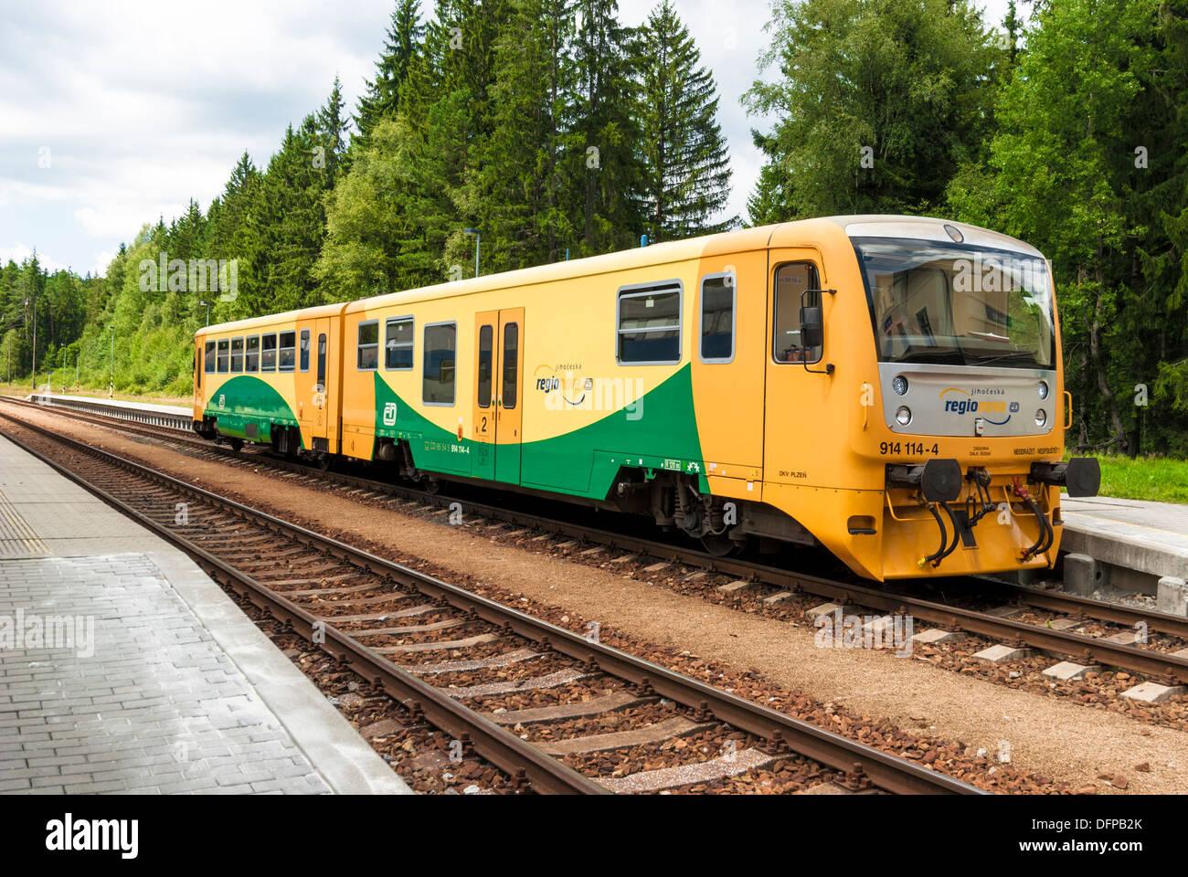 Regional-Zug in einem Bahnhof, Cerny Kriz Sumava MTS., Tschechische Republik Stockbild