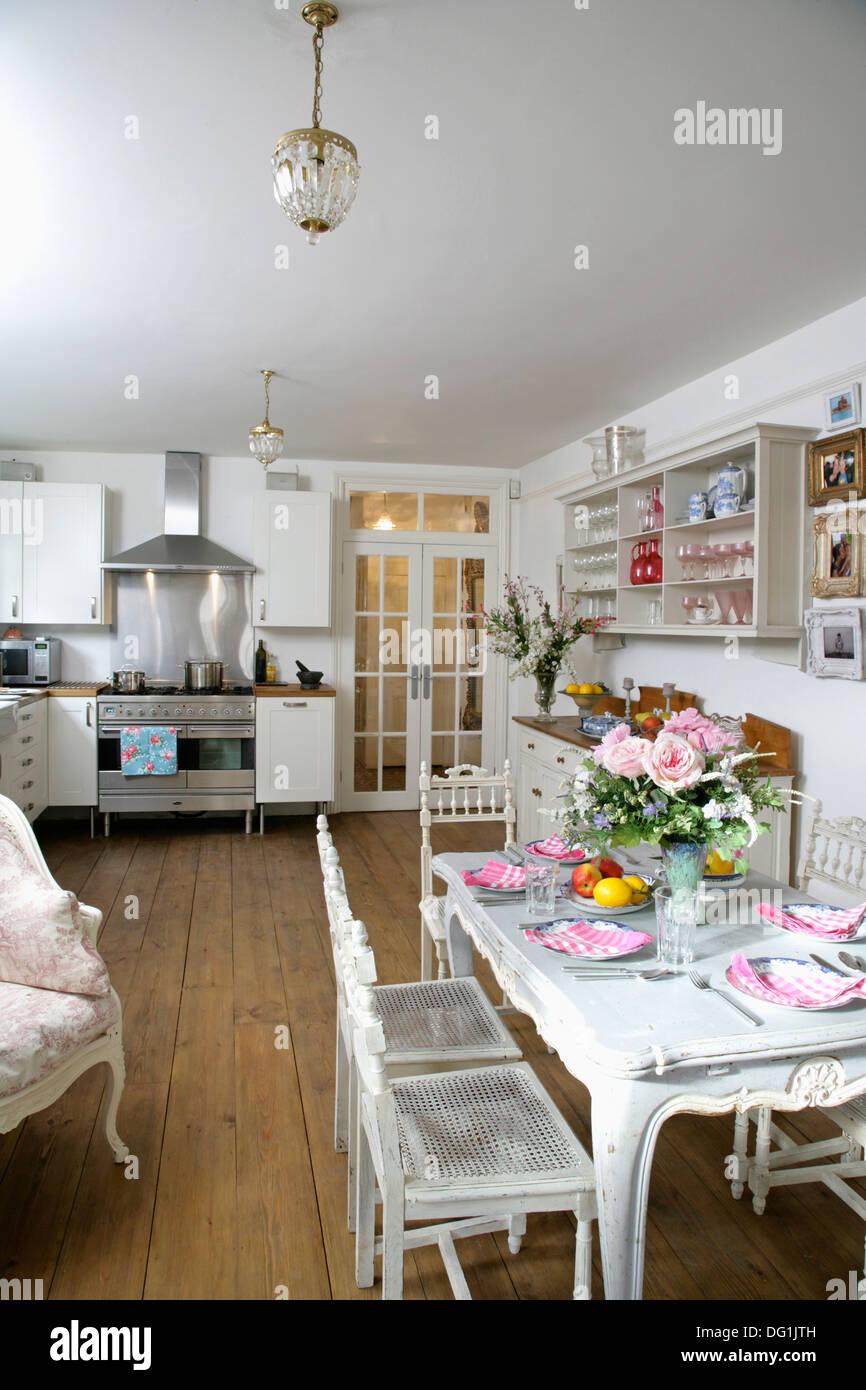 Lackierten Holzmöbeln in weiße moderne Küche und Esszimmer mit ...