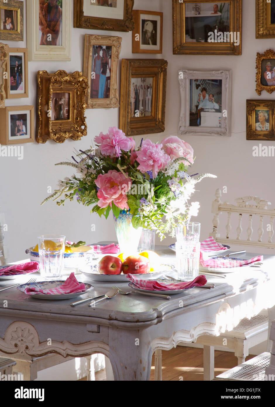 Esszimmer mit Vase mit rosa Rosen und Laub auf grau lackierte Tisch ...