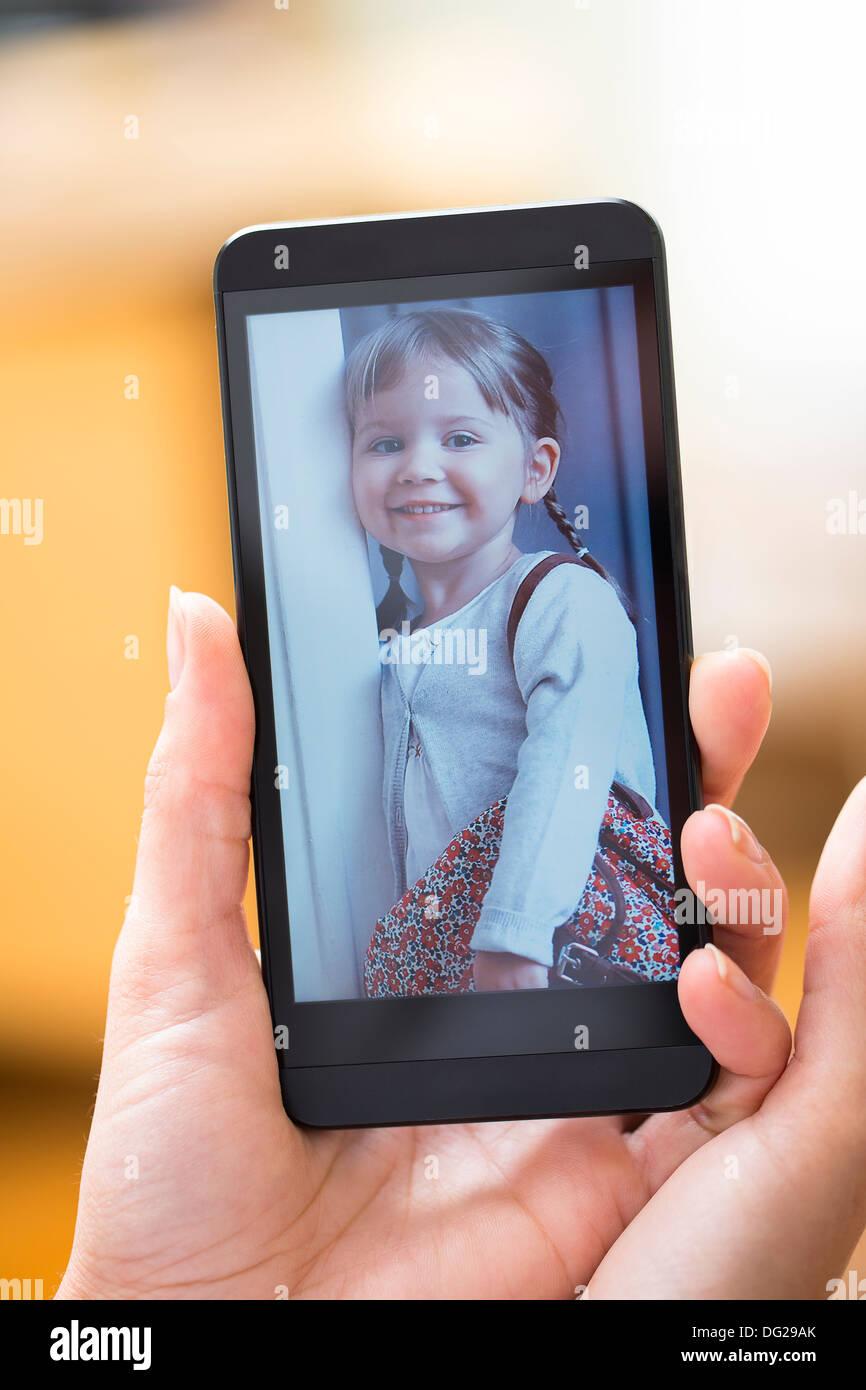 Frau suchen Bild auf smartphone Stockbild
